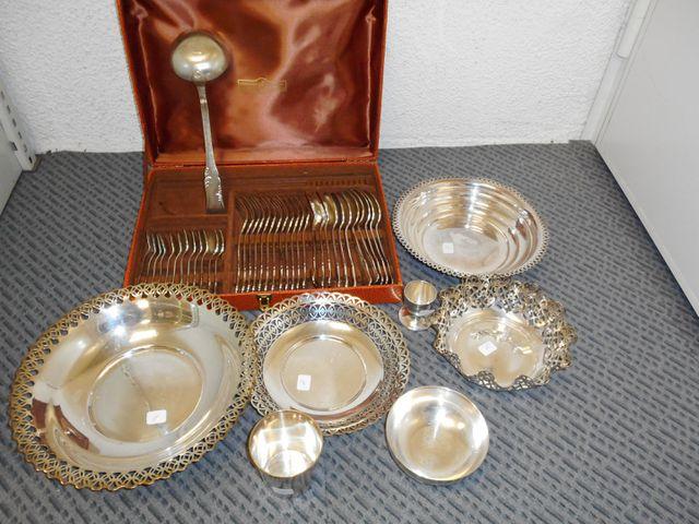 Ménagère 36 pièces avec coupelles, timbale, coquetier métal argen...