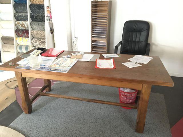 LOT DE MOBILIER COMPRENANT: 2 TABLES, UN BUREAU ET DEUX FAUTEUILS...