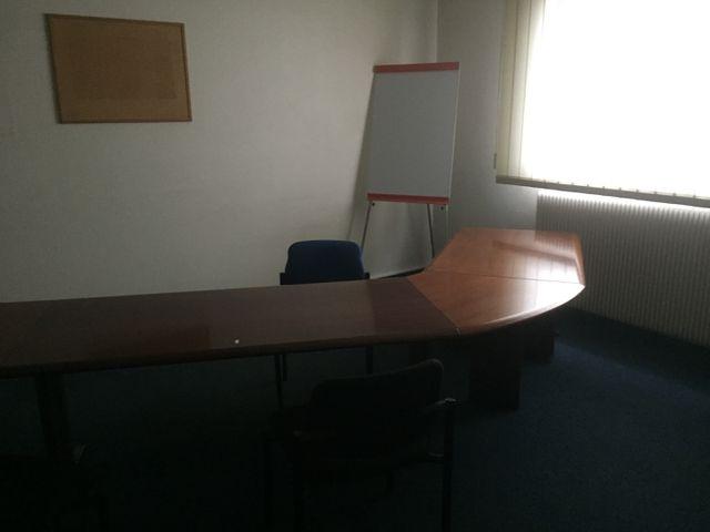 LOT COMPRENANT: TABLE DE REUNION, 3 CHAISES, COFFRE FORT, 2 ARMOI...