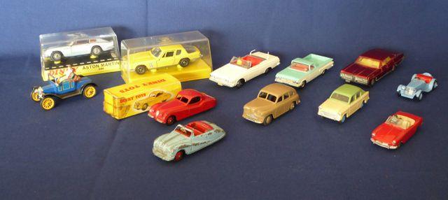 DINKY TOYS ENGLAND Lot de 12 véhicules comprenant : Austin Atlant...