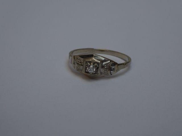 Bague or blanc surmontée diamants  Poids brut : 2 grs