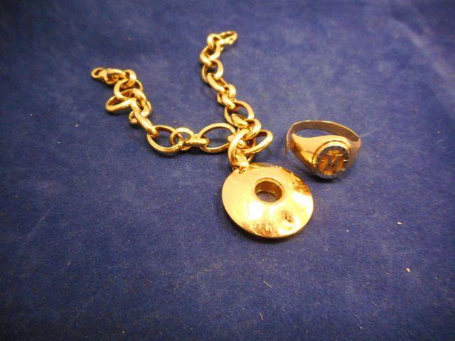 Bracelet or et breloque avec chevalière or coupée 15,3g.