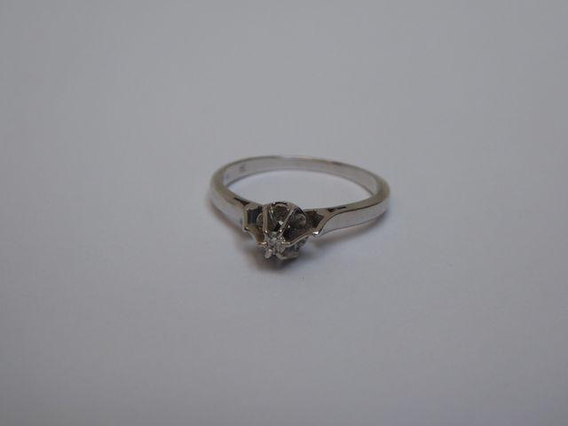 Bague or blanc surmontée diamants  Poids brut : 3 grs