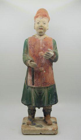 CHINE Époque MING (1368-1644) Personnage en terre cuite rose et v...