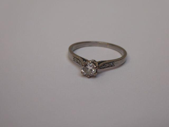 Bague or blanc  surmontée diamants Poids brut : 4 grs