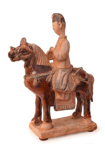 CHINE Époque MING (1368-1644) Cavalier musicien en terre cuite en...