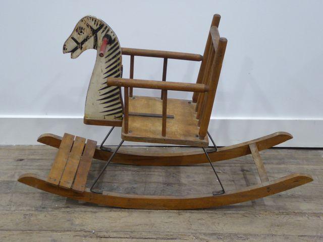 Cheval à bascule en bois polychrome H. 54 cm  L. 86 cm  P. 29 cm