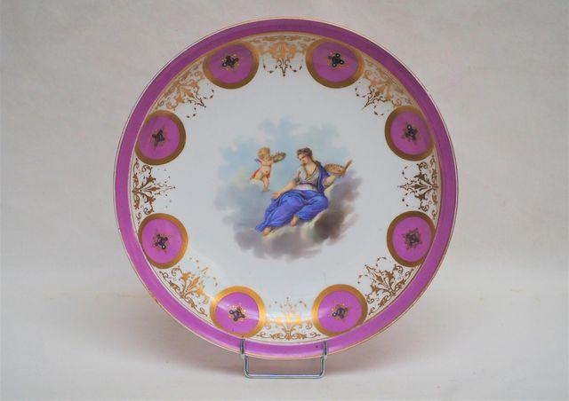 SEVRES Plat circulaire en porcelaine polychrome réhaussée d'or à ...