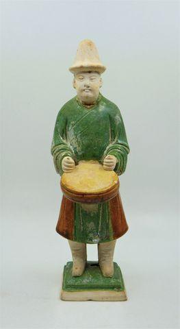 CHINE Époque MING (1368-1644) Personnage au tambour en terre cuit...
