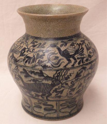 Vase en céramique craquelée à décor sur trois étages d'animaux et...