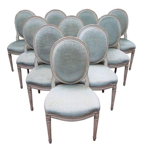 Suite de 10 chaises à dossier médaillon en bois laqué gris recham...
