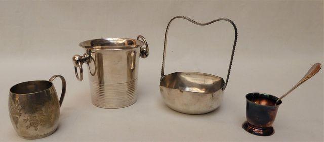 Lot de pièces en métal argenté comprenant un coquetier et sa cuil...