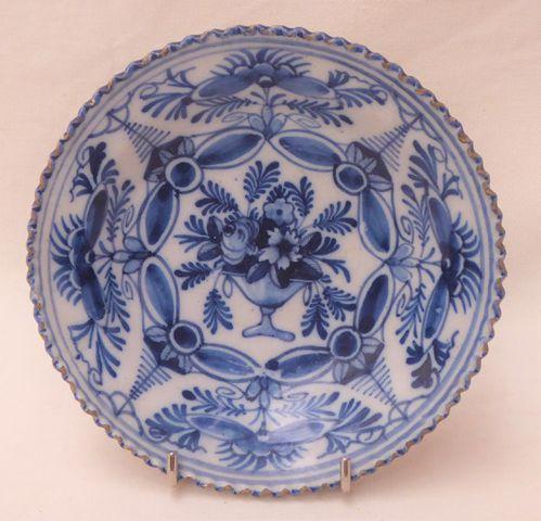 DELFT XVIIIème siècle Petite assiette creuse en faïence à décor e...