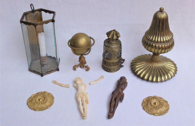 Lot d'objets divers comprenant une Mappemonde en métal doré (H.14...