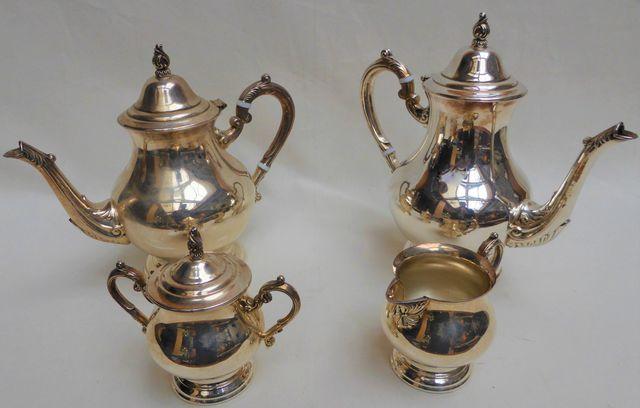Service à thé/café en métal argenté comprenant deux verseuses, un...