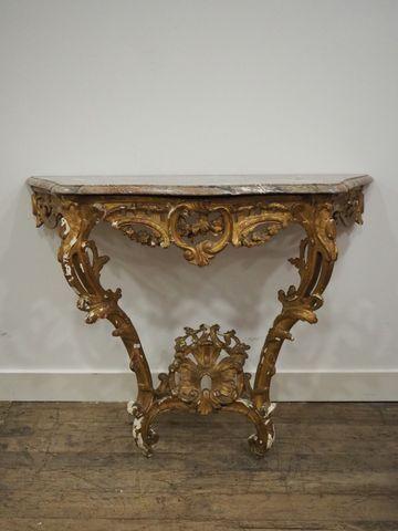 Console d'applique en bois et stuc doré à décor ajouré de coquill...