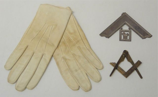 FRANC-MAÇONNERIE / COMPAGNONNAGE Lot comprenant une paire de gant...