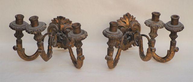 Paire d'appliques en bois doré et sculpté à trois bras de lumière...