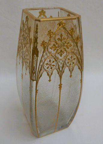 Travail Vers 1900 Vase en verre gravé et émaillé or à décor d'arc...