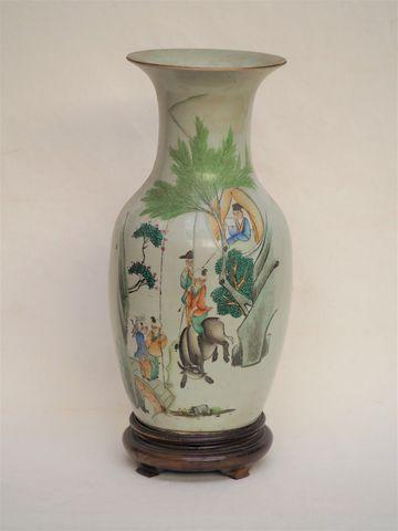 CHINE XXe siècle  Vase en porcelaine polychrome à décor de person...