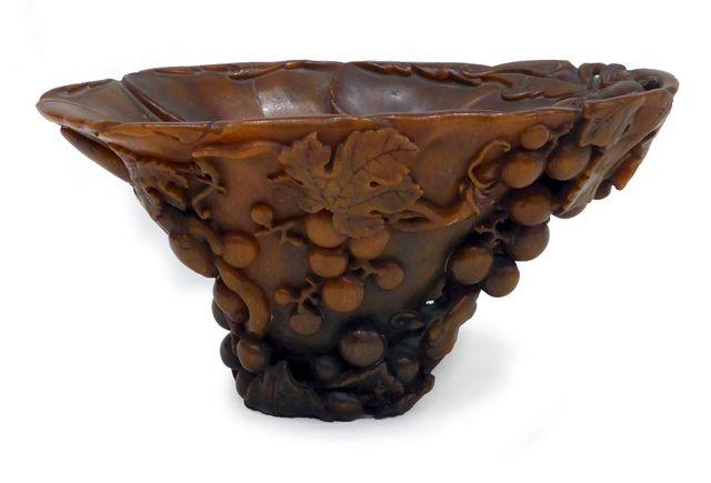 CHINE XVIIIe siècle Coupe libatoire en corne de rhinocéros sculpt...