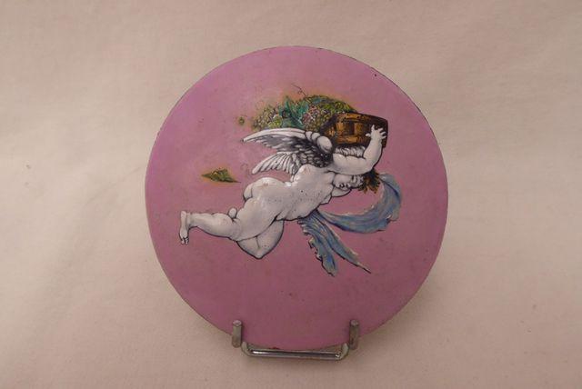 Plaque circulaire émaillée sur cuivre à décor polychrome d'un ang...
