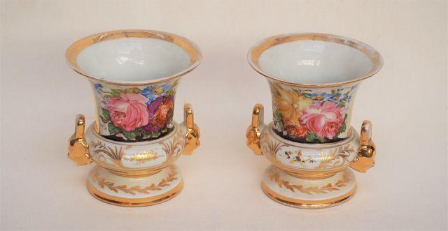 PARIS XIXe siècle  Paire de vases Médicis en porcelaine polychrom...
