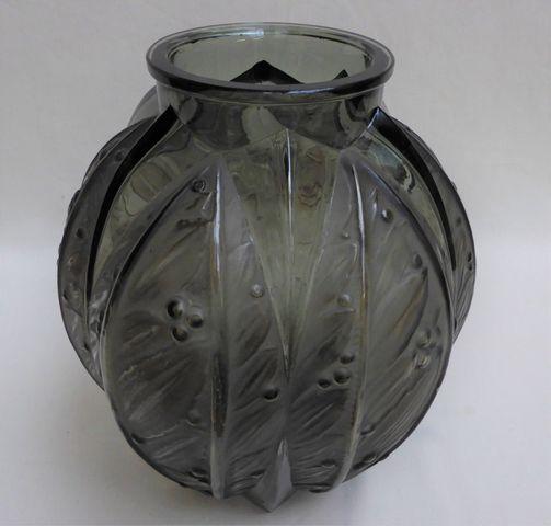 VERLYS  Vase en verre teinté noir à décor feuillagé H.26 cm