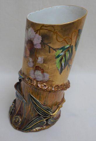 LIMOGES - Raymond LAPORTE (1883-1897) Vase en porcelaine polychro...