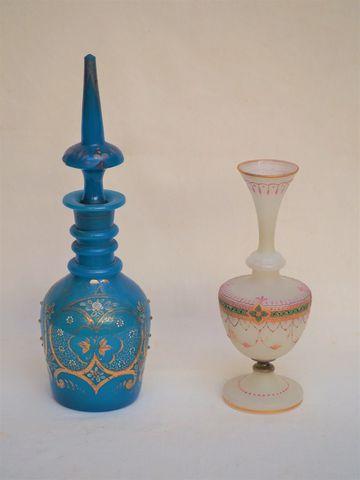 Lot comprenant une carafe en opaline bleue (H. 42 cm) et vase sol...