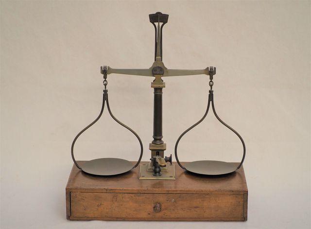 Balance d'échangeur en bois naturel et laiton ouvrant un tiroir c...