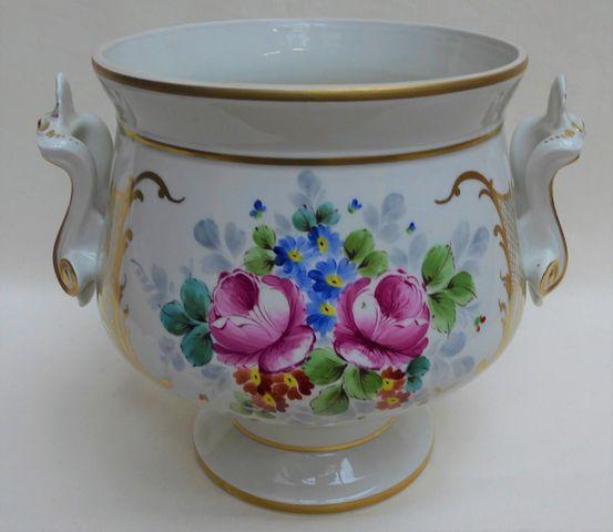LIMOGES Cache-pot en porcelaine à décor floral H.27 cm L.32 cm