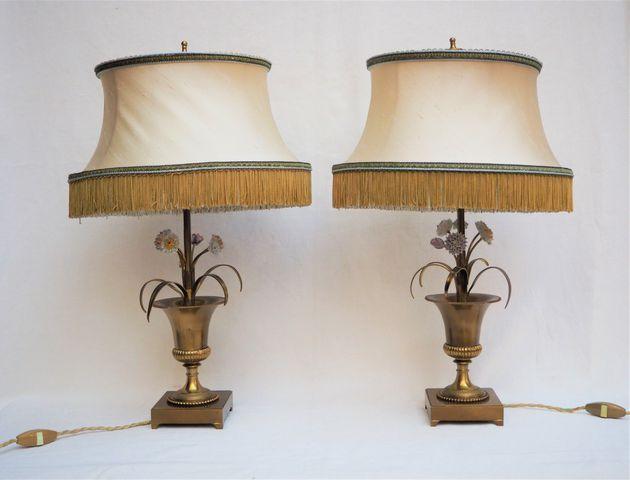 MAISON CHARLES Paire de lampes aux vases fleuris, porcelaine et l...