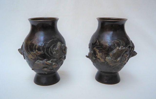 JAPON Époque Meiji (1868-1912) Paire de vases en bronze à décor t...