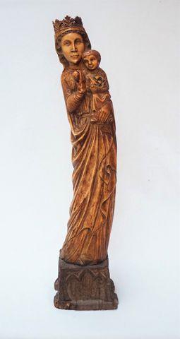 Vierge à l'enfant en ivoire sculpté tenant une sphère dans sa mai...