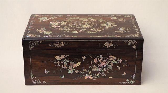 EXTREME-ORIENT  Coffre en bois et incrustation de nacre H. 15 cm ...