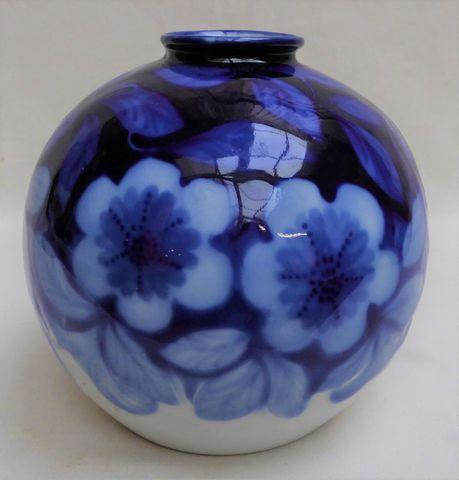 Camille THARAUD (1878-1956) Vase boule en porcelaine blanc bleu à...