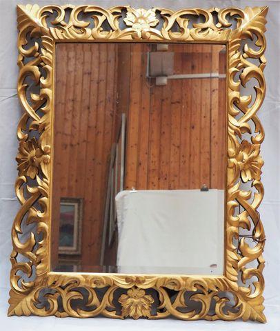 Miroir en bois doré sculpté et ajouré, XIXème siècle 113 x 92 cm