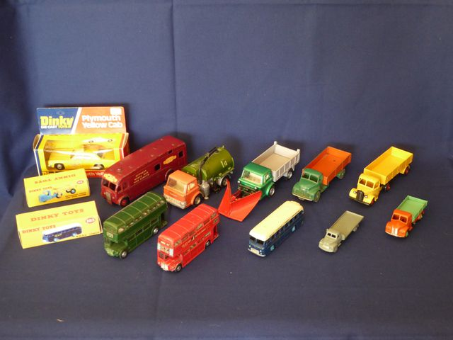 DINKY TOYS ENGLAND Lot de 13 véhicules comprenant : Routemaster B...