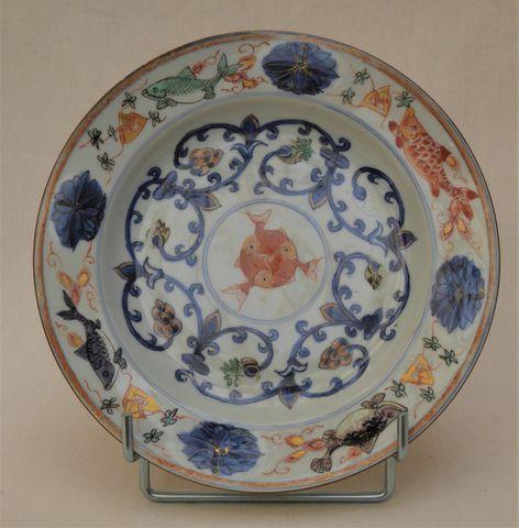 CHINE Epoque KANGHI (1662-1722) Assiette en porcelaine et émaux d...