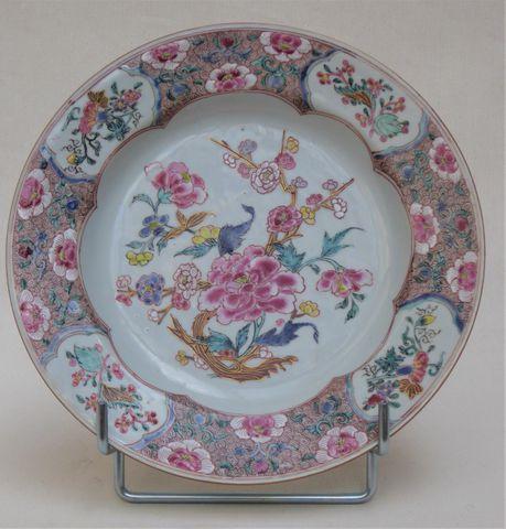 CHINE Epoque QIANLONG (1736-1795) Assiette en porcelaine et émaux...