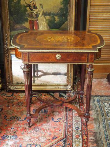 Table d'appoint en bois de placage et bronze doré ouvrant par un ...