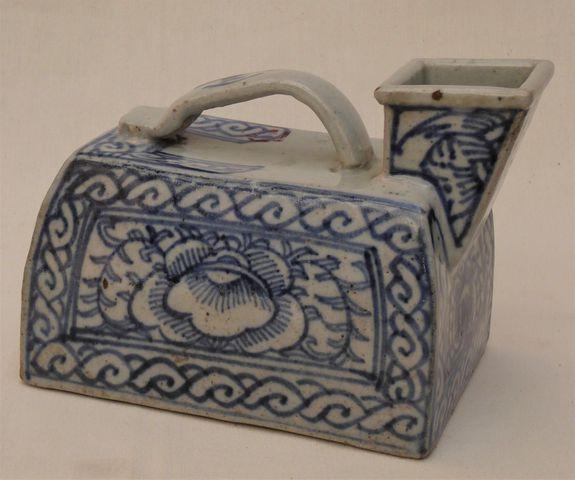CHINE Vers 1900 Fer à repasser en porcelaine à décor floral en bl...