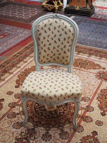 Chaise en bois laqué crème mouluré et sculpté de fleurettes Époqu...