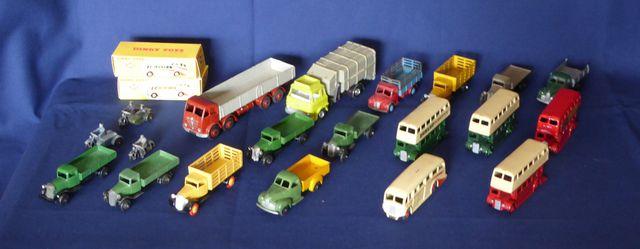 DINKY TOYS ENGLAND Lot de 22 véhicules comprenant : 4 Bus à impér...