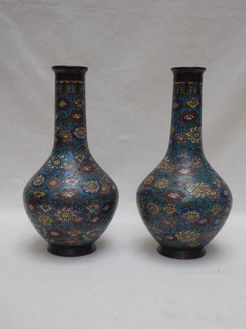 JAPON Fin XIXème siècle Paire de vases en bronze et émaux cloison...