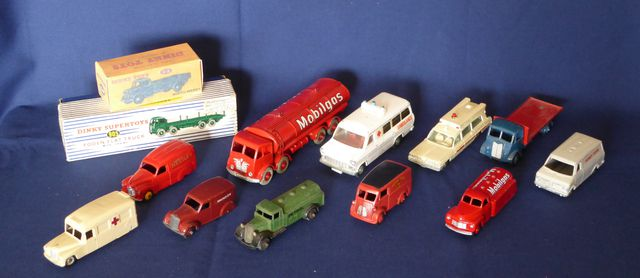 DINKY TOYS ENGLAND Lot de 13 véhicules comprenant : Austin Wagon ...