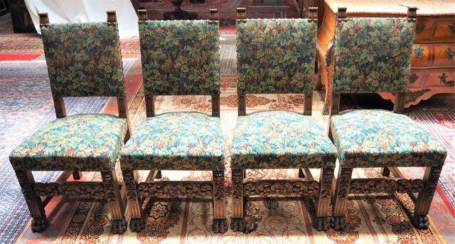 Suite de 4 chaises en bois naturel sculpté à décor de mascarons e...