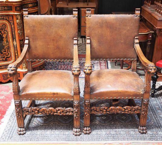 Paire de fauteuils en bois naturel mouluré et sculpté, accotoirs ...