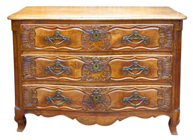 Commode en bois mouluré et sculpté, ouvrant à 3 tiroirs, à décor ...